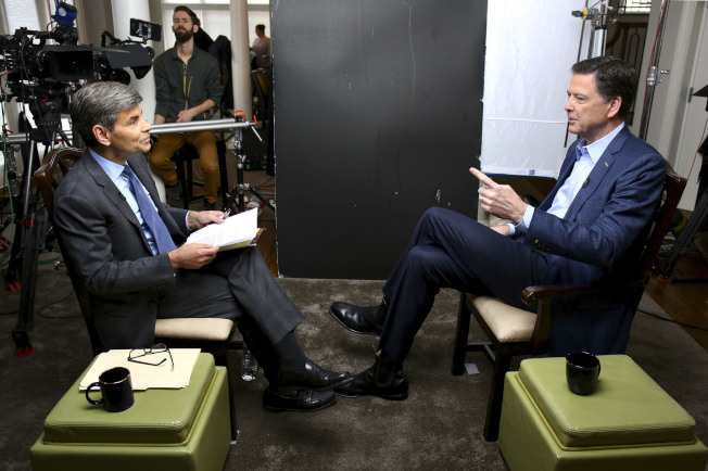 聯邦調查局前局長柯米(右)15日接受美國廣播公司主持人史提芬諾普洛斯的專訪。(美聯社)