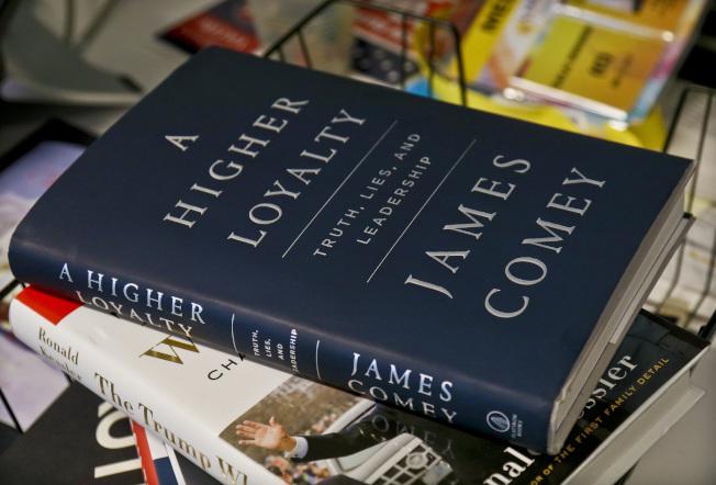 聯邦調查局前局長柯米的新書回憶錄「更高的忠誠:真實、謊言與領導」。(美聯社)