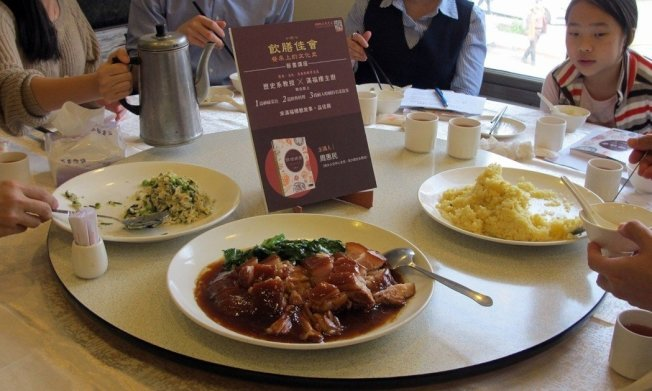 周惠民與江浙滿福樓餐廳合作,重現蔣介石的拿手好菜──雞油炒飯(右一)。圖/三民書局提供