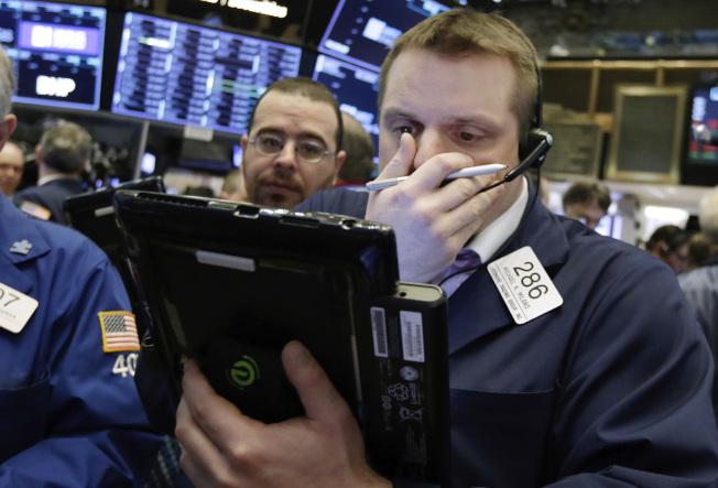 財報強勁和地緣緊張趨緩,股市收高。(美聯社)