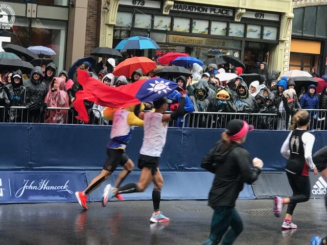 鮮麗的中華民國國旗出現在波馬賽道中,奪目耀眼。(經文處提供)