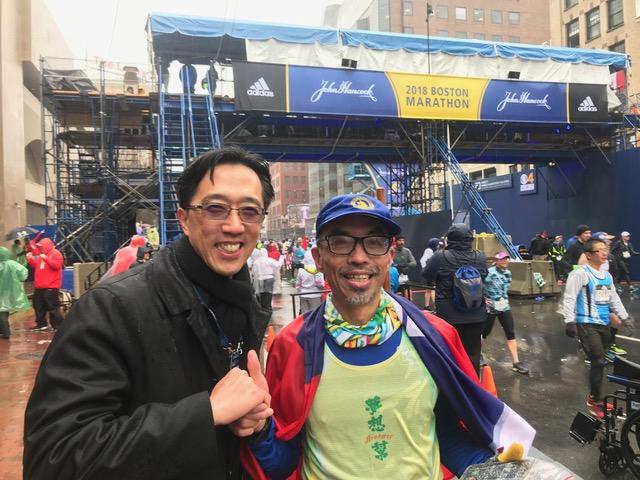 經文處處長徐佑典(左)祝賀跑完馬拉松的台灣選手。(經文處提供)