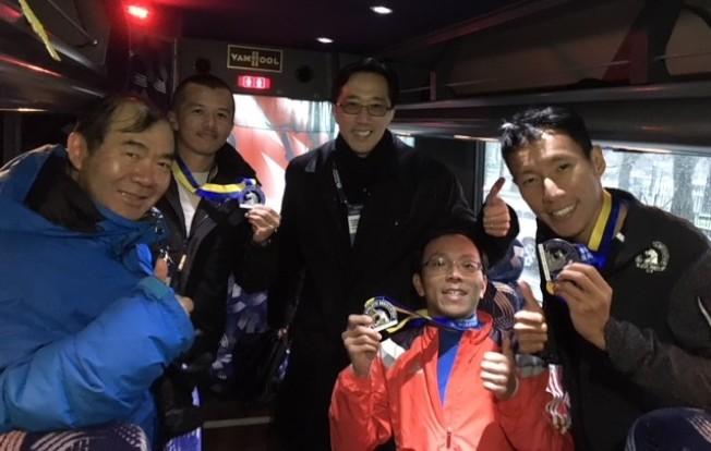 經文處處長徐佑典(後中)、副處長陳銘俊(左) 與三位驕傲展示波馬獎牌的台灣選手。(經文處提供)