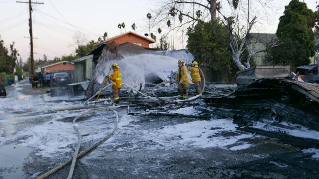 阿罕布拉市南Hidalgo大道300街區一處住宅區,16日下午發生火災。(記者李雪/攝影)