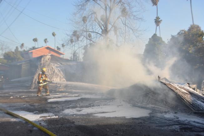 阿罕布拉市消防員灑水撲火。(記者丁曙/攝影)