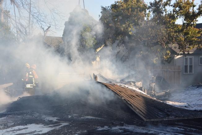 阿罕布拉市南Hidalgo大道300街區一處住宅區,16日下午發生火災,大火燒毁了一個大型搭建物。(記者丁曙/攝影)