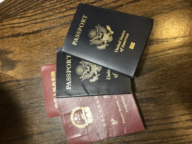 劉先生的護照、結婚證等資料均顯示是1940年出生。(記者黃伊奕/攝影)