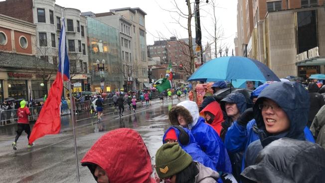 2018波士頓馬拉松遇寒冷暴雨天氣,但仍未影響觀眾熱情。(記者劉晨懿之/攝影)