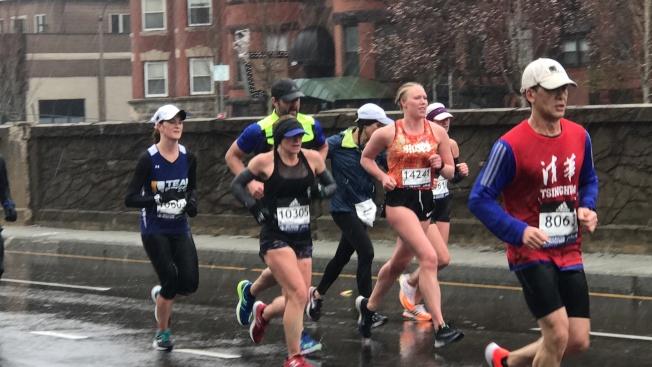 2018波士頓馬拉松有不少華人參賽。圖為一名賽道中身穿清華T恤的跑者。(記者俞國梁/攝影)