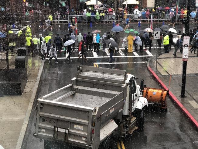 2018波士頓馬拉松進行嚴密安保,出入口皆用卡車封路。(記者劉晨懿之/攝影)