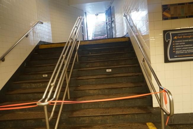 法拉盛7號線地鐵站同樣也遭到大雨侵襲影響,四個地鐵站出口其中兩個遭到暫時性封閉。(記者林群/攝影)