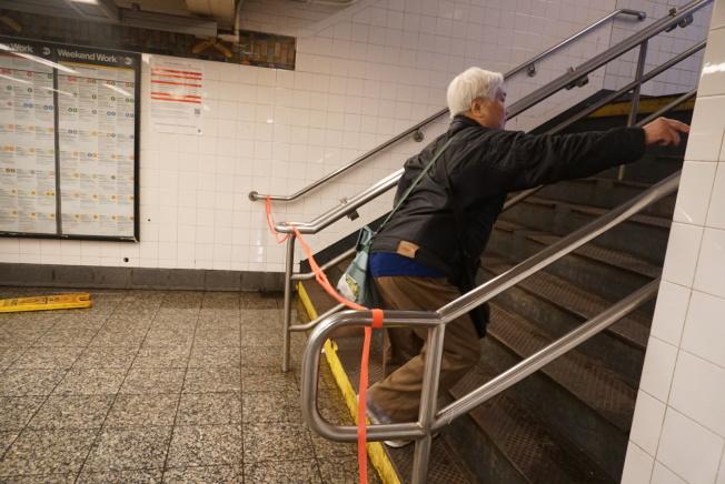 16日上午紐約市遭遇暴雨侵襲,民眾在手機上收到暴風雨警報訊息通知。(記者林群/攝影)