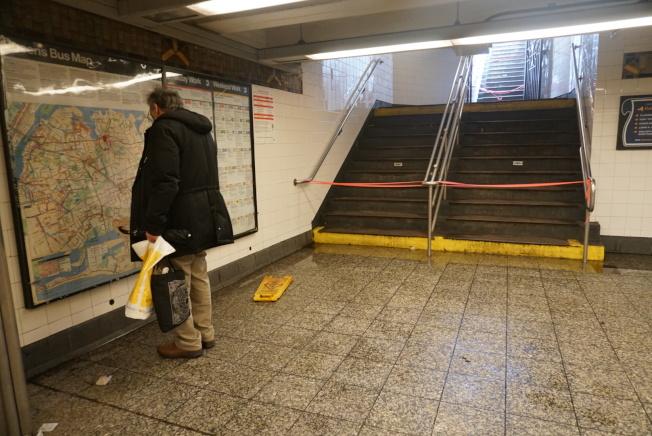 法拉盛7號線地鐵站因大雨侵襲影響,一度暫時性封閉兩個出口。(記者林群/攝影)