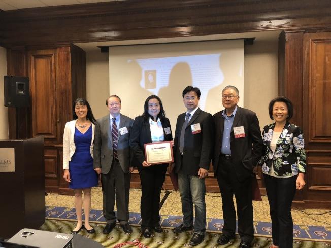 南加州中華科工學會14日舉辦科研會,會長黃冬梅(左一)為四位演講嘉賓頒發感謝狀。左二為陳君儀教授。(記者王若然 / 攝影)