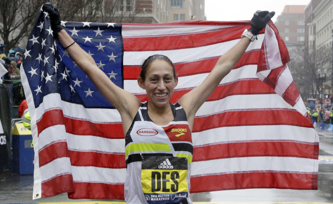 狄西莉•林登以2小時39分54秒奪得她個人第一場馬拉松賽大獎,也是自1985年以來首位在波士頓馬拉松女子精英組摘金的美國選手。(美聯社)