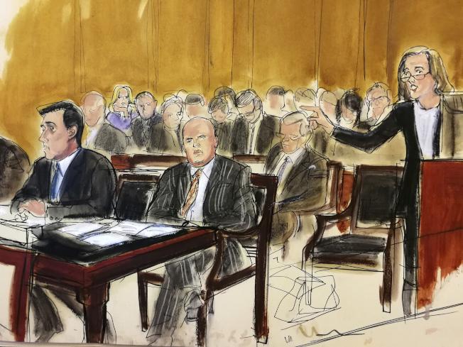 柯恩的律師(站者)16日在紐約聯邦法庭力爭,有權先審閱被聯邦抄走的川普律師柯恩的文件。左前為聯邦檢方。(美聯社)