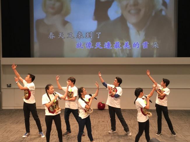 華裔中學生載歌載舞,一顆「小蘋果」打動校長芳心。(記者陳良玨/攝影)