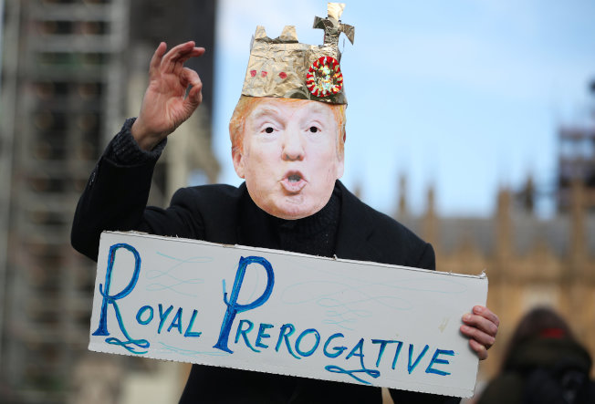 英國倫敦16日有反川普攻擊敘利亞的抗議活動。(歐新社)