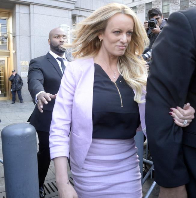 成人片豔星丹尼爾斯16日意外出現在紐約聯邦法庭,引起媒體爭相圍堵。 (美聯社)