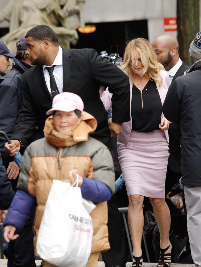 成人片豔星丹尼爾斯16日出現在紐約聯邦法庭,因人潮推擠,她好幾次幾乎跌倒。(Getty Images)