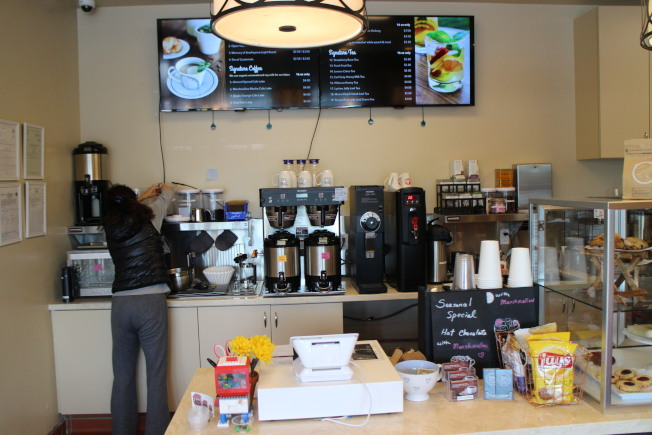 「Friends Coffee & Tea」咖啡館19日正式開幕,除飲料與餐飲,店內也將販賣手工肥皂禮品與藝術家手工陶器。(記者張毓思/攝影)