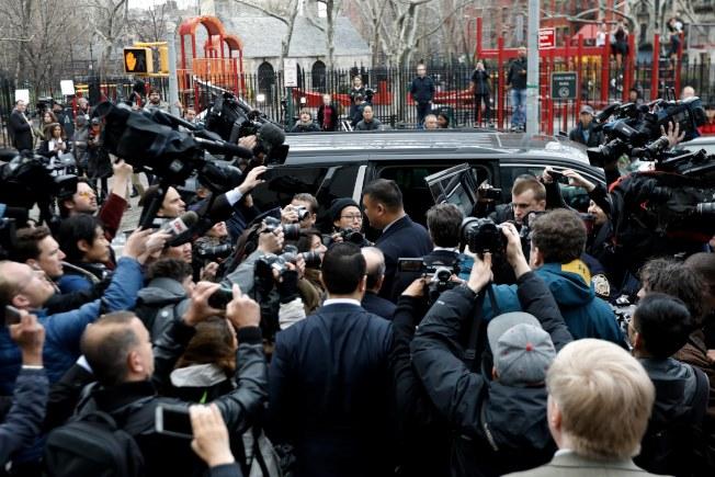 成人片豔星丹尼爾斯到達法院,媒體擠的水洩不通。(歐新社)