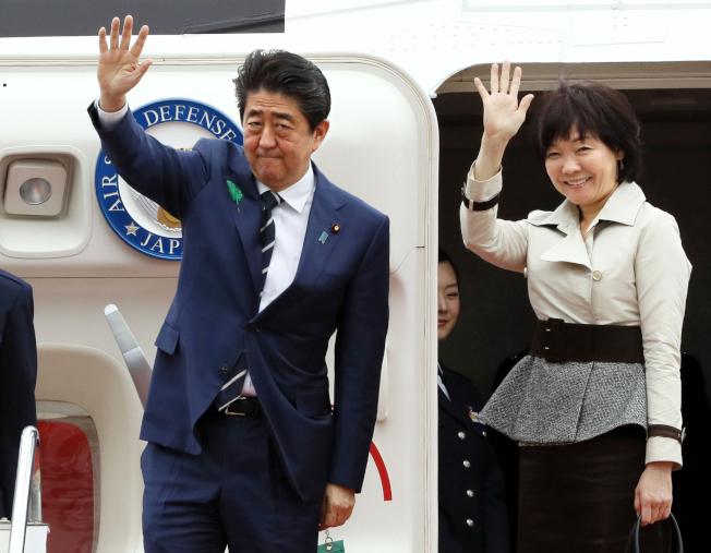 日本首相安倍晉三與夫人安倍昭惠啟程訪美。美聯社