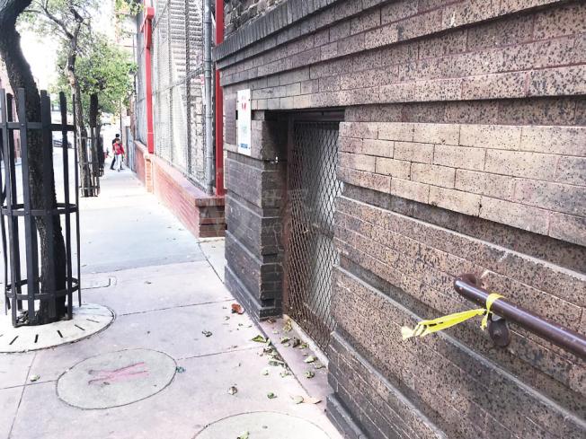 遭殺害的華裔遊民經常在金美倫堂操場外的行人路睡覺,也是屍體被發現地點。(記者李秀蘭/攝影)