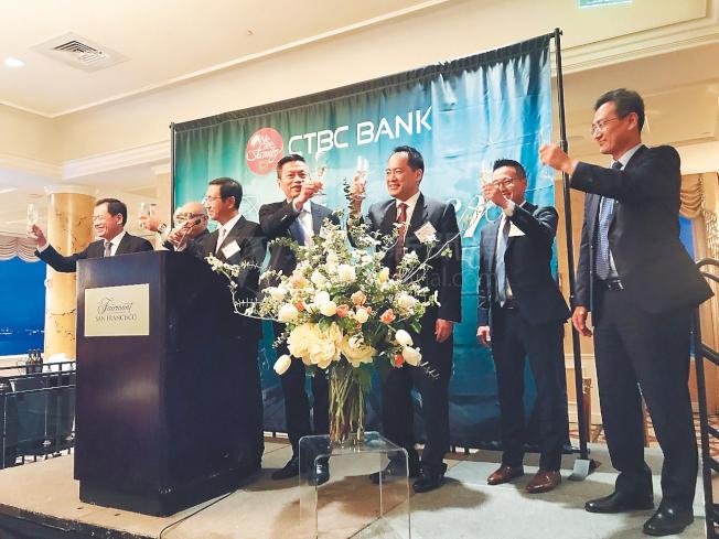 中國信託銀行領導層在歡迎晚宴上向來賓們敬酒。(記者黃少華/攝影)