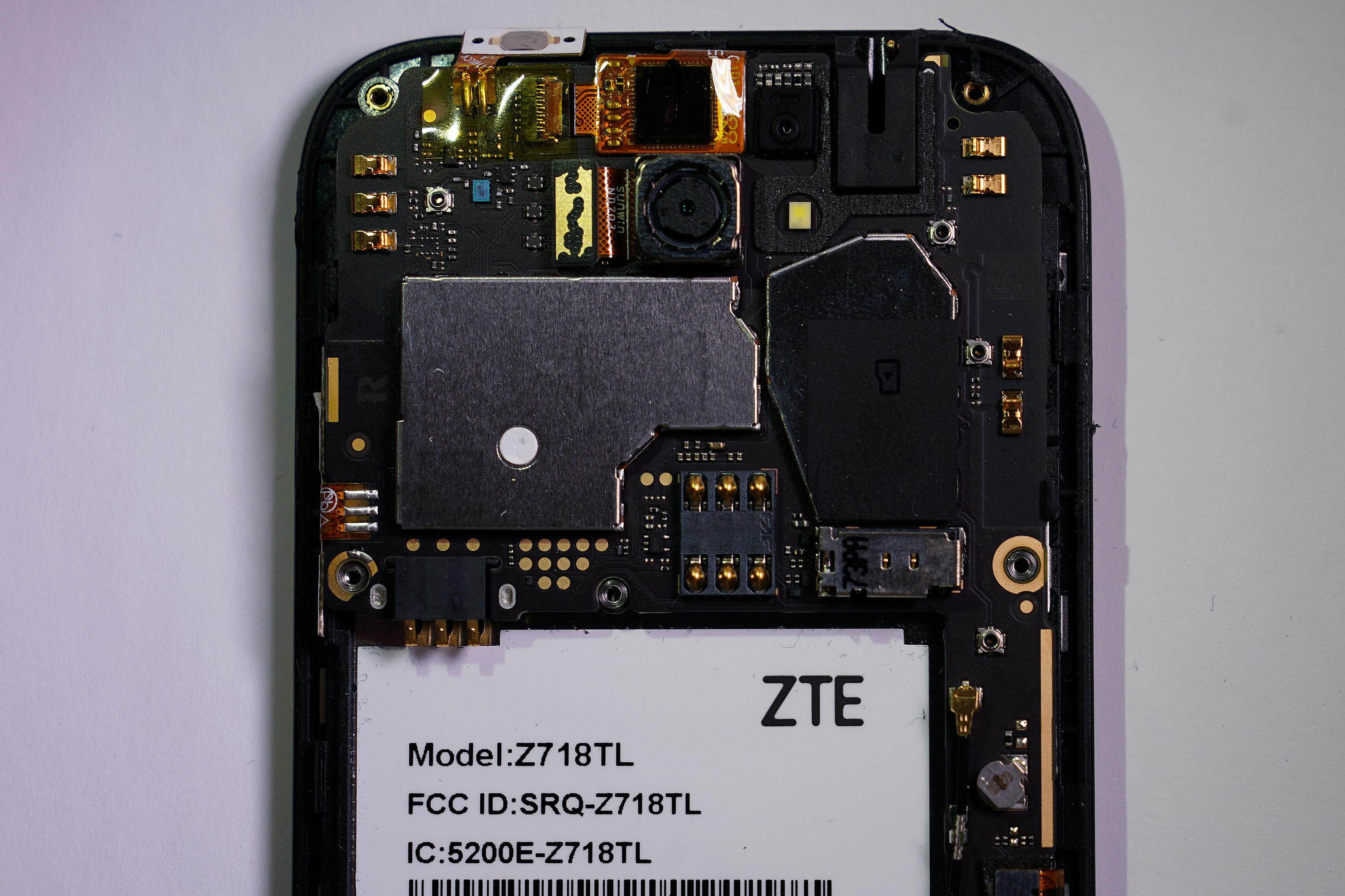 打開中興通訊手機,露出背後的芯片和零件。(路透)