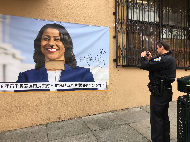 警方到場查看。隨後布里德競選辦將海報拆下。(記者李晗 / 攝影)