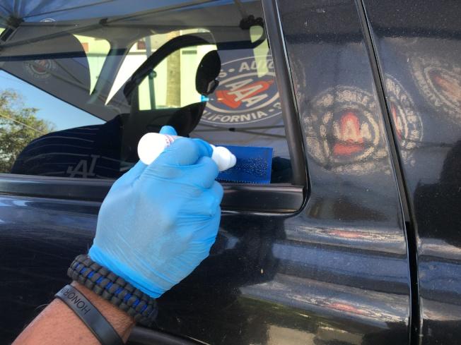 車窗蝕刻過程僅花費六至八分鐘,主要是將汽車在聯邦註冊的17碼,蝕刻在每面車窗的模板上。(記者謝雨珊/攝影)