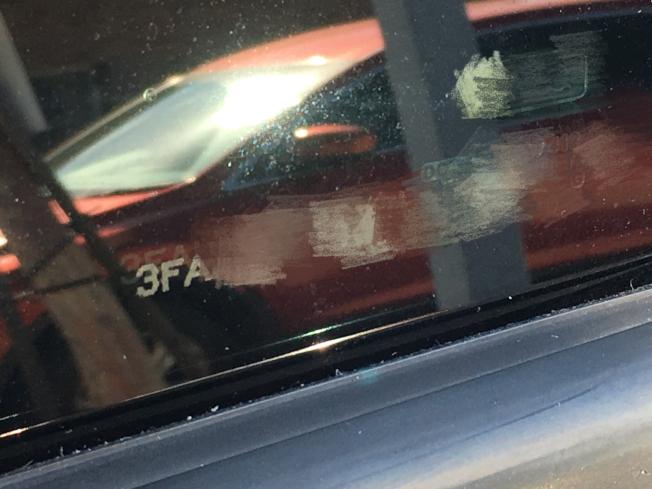 每面車窗上皆印上17碼,包括前後面的擋風玻璃。(記者謝雨珊/攝影)