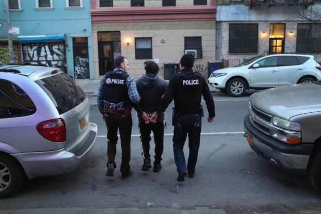 海關及移民執法局探員突襲紐約市布碌崙一棟公寓,逮捕無證移民。(Getty Images)