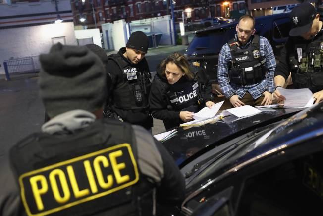 海關及移民執法局探員準備半夜突襲逮捕無證移民。(Getty Images)