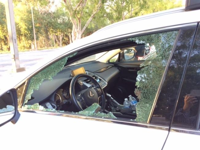 光天化日下車窗遭砸。(監控錄像翻攝)