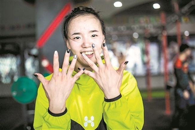 因长年训练林荷琴的手有些变形。(取材自广州日报)