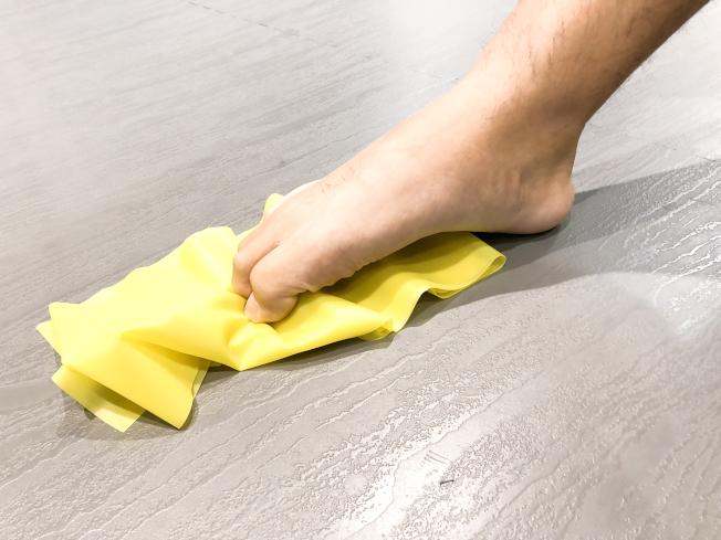 足部運動:將毛巾或彈力帶放在腳趾下,用腳趾彎曲方式來抓毛巾或彈力帶,以訓練腳底下的肌肉群。(圖:劉政均提供)