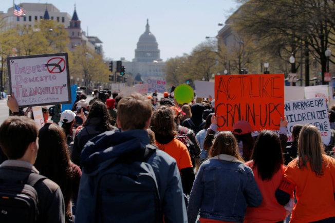華府高中生響應全國走出教室活動,遊行到國會山莊,呼籲立法嚴格管控槍枝。(路透)