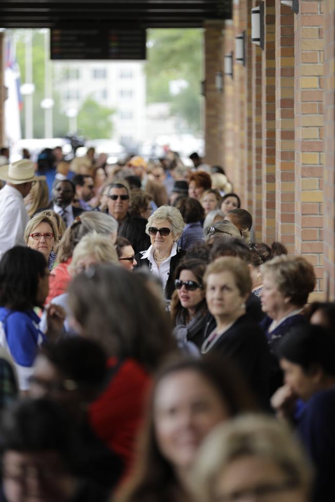 休士頓聖馬丁主教教堂20日開放民眾悼念前第一夫人芭芭拉‧布希。圖為大批民眾排隊進入教堂。(美聯社)