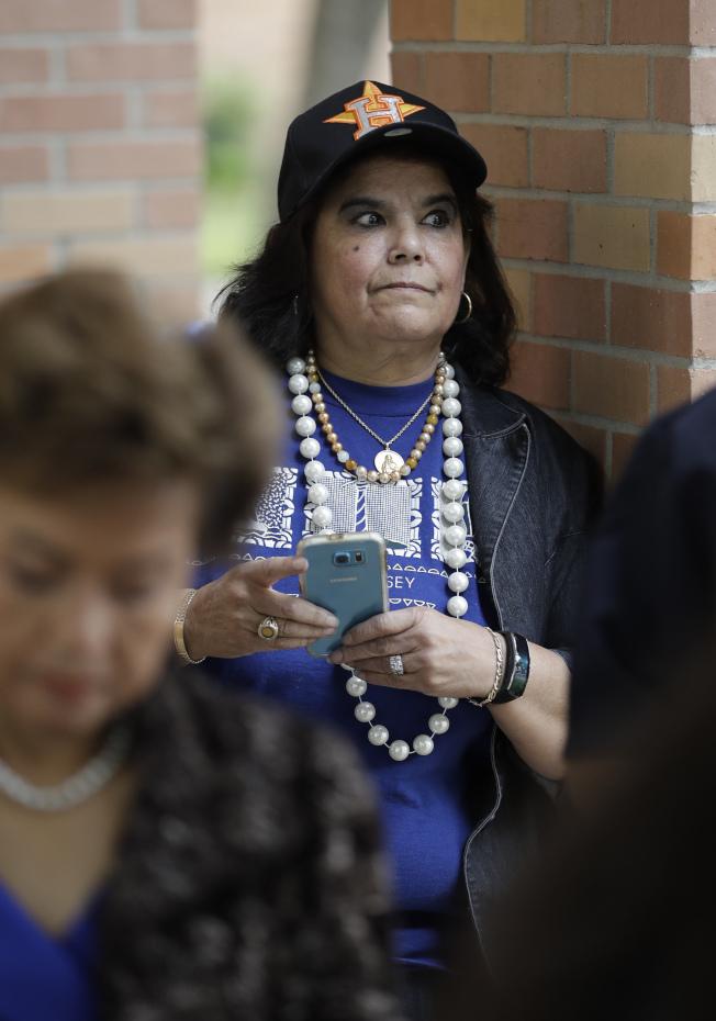 休士頓聖馬丁主教教堂20日開放民眾悼念前第一夫人芭芭拉‧布希。許多婦女穿上芭芭拉生前最愛的藍色衣服,以及搭配她的招牌飾品珍珠項鍊。(美聯社)
