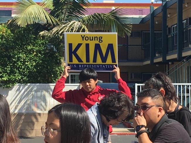 民眾舉牌表示支持金映玉。(記者謝雨珊/攝影)