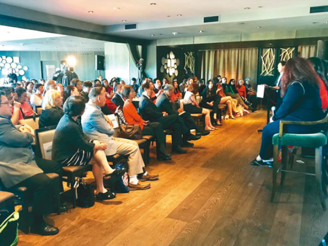 200多名觀眾到場聆聽五名候選人的政見,其中不少是華裔。(記者黃少華/攝影)