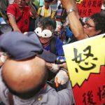 退休警消反年改抗議遊行 要統促黨收起五星旗