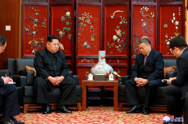 北韓領導人金正恩(左二)23日上午赴中國駐北韓大使館會晤中國駐北韓大使李進軍(右二),表達慰問之情。(美聯社)