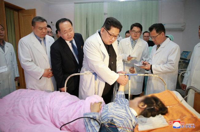 北韓領導人金正恩23日專程到醫院看望車禍受傷人員,表示北韓將全力救治。(路透)