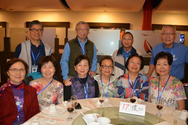 楊安澤母親陳玲銖(前右二)在賭城參加北一女校友重聚大會。(記者馮鳴台/攝影)