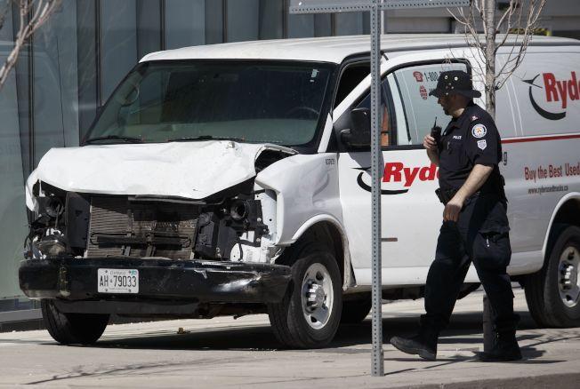 圖中的廂型車在連續撞人後,駕駛曾下車持槍與警對峙。(Getty Images)