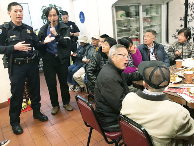 日落分局長易文耀(左一)舉行點心治安會議,許多華裔參加者早早到場。(記者李秀蘭/攝影)
