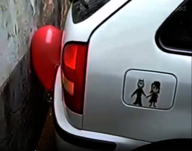 泰國網路媒體拍攝一支影片,史上最平價的倒車雷達只要在車廂後掛上氣球、尖叫雞。圖擷自Youngsoad